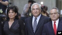 អតីតប្រធានមូលនិធិរូបិយវត្ថុអន្តរជាតិ លោក ដូមីនីក ស្រ្តោស៍-ខាន់ (Dominique Strauss-Kahn) (កណ្តាល)ចាកចេញពីតុលាការកំពូលនៅសង្កាត់មេនហាថិន ក្នុងទីក្រុងញ៉ូវ យ៉ក ជាមួយភរិយារបស់លោក លោកស្រី អាន ស៊ីនក្លែរ៍ (Anne Sinclair) (ឆ្វេង) និងមេធាវី