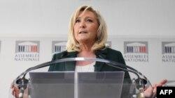 Presiden Partai Reli Nasional yang beraliran ekstrem kanan, Marine Le Pen, memberi keterangan pers di Paris, 9 Maret 2021.