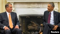 美国总统奥巴马(右)与美国众议院多数党领袖、来自共和党的议员贝纳