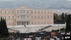 Demonstracije protiv uvođenja oštrih mera štednje ispred grčkog parlamenta u Atini, 10. februar 2012.