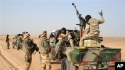 Des soldats français s'adressent à des militaires maliens près de Bourem (17 fév. 2013)