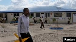 Yon pwofesè nan lekòl Peace and Justice in Port-au-Prince, nan Pòtoprens, 9 janvye 2012.