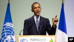ប្រធានាធិបតី Barack Obama ថ្លែងសុន្ទរកថាអំឡុង COP21 សន្និសីទកំពូលស្តីពីបម្រែបម្រួលអាកាសធាតុរបស់អ.ស.ប ឯ Bourget ខាងក្រៅទីក្រុងប៉ារីស ថ្ងៃច័ន្ទ ទី៣០ វិច្ឆិកា ឆ្នាំ២០១៥