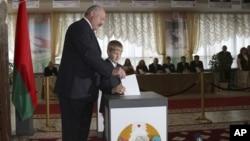 Президент Беларуси Александр Лукашенко с сыном Николаем