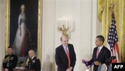 Президент США Барак Обама вручает награду певцу и композитору Джеймсу Тэйлору. Белый дом. Вашингтон. 2 марта 2011 года