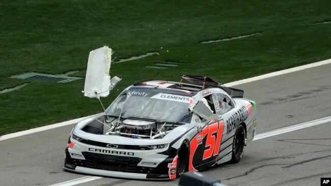 El auto de Jeremy Clements se desmorona mientras conduce hacia la parada donde está su equipo mecánico durante la carrera de autos de la serie Xfinity de NASCAR el sábado 15 de febrero de 2020 en el Daytona International Speedway en Daytona Beach, Florida.