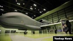 한국이 미 국방부로부터 구매하려는 고고도 무인정찰기 '글로벌호크'. 한국 군은 '글로벌 호크' 4대를 2017년까지 전력화 될 전망이다. (자료사진)