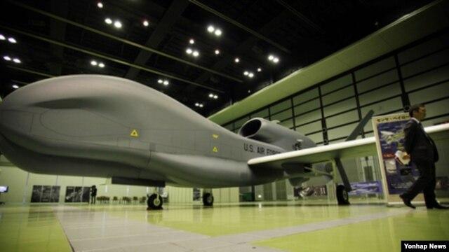미국 국방부가 한국에 판매하려는 고고도 무인정찰기 '글로벌호크'. 미국 국방부는 지난 21일 글로벌호크 4대를 한국에 판매하겠다는 의향을 의회에 공식 통보한 것으로 25일 확인됐다. (자료사진)