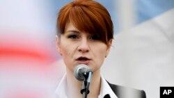지난 2013년 러시아 국적의 마리아 부티나가 모스크바에서 열린 '총기 소지 합법 지지' 시위에 참가해 연설하고 있다.