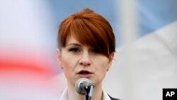 Tư liệu: Ảnh chụp ngày 21/4/2013. Maria Butina, đứng đầu một tổ chức bênh vực quyền sở hữu súng tại Nga, phát biểu trước đám đông tại một cuộc tập họp để ủng hộ việc hợp pháp hóa quyền sở hữu súng ngắn ở Moscow. (AP Photo)