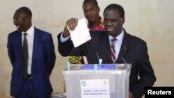 Le président par intérim Michel Kafando vote à Ouagadougou, le 29 novembre 2015. (REUTERS/Joe Penney)