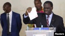 Shugaban Burkina Faso na wucin gadi yana jefa tashi kuri'ar a zaben kasar