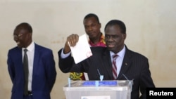 Photo d'archives: Le président par intérim Michel Kafando vote à Ouagadougou, le 29 novembre 2015. (REUTERS/Joe Penney)
