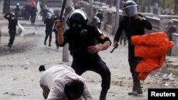 28일 이집트 타흐리르 광장에서 시위대를 무력 진압하는 경찰.