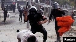 Cảnh sát đánh đập người biểu tình dọc theo cầu Qasr Al Nil trên đường tới Quảng trường Tahrir.