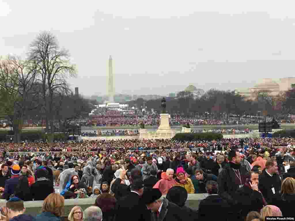 Des centaines de milliers d'Américains sont présents pour l'investiture de Donald Trump, à Capitol Hill, Washington DC, le 20 janvier 2017. (VOA/Nicolas Pinault)