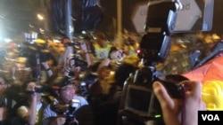 佔領運動期間記者採訪經常被夾在警察與示威者對抗中(美國之音海彥拍攝)