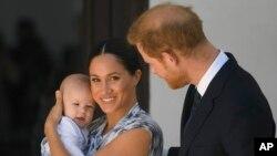 شہزادہ ہیری اور شہزادی میگھن اپنے دورہ افریقہ کے دوران اپنے بیٹے کے ساتھ