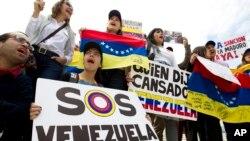 Manifestan kont gouvènman Venezyelyen an devan syèj Òganizasyon Eta Ameriken yo (OEA) nan Washington pandan yon reyinyon espesyal nan Konsèy pèmanan an sou kriz politik la o Venezuela a. 3 avril 2017. Foto: AP/ Jose Luis Magana)