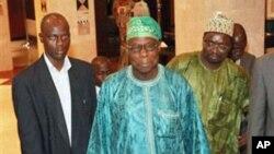 尼日利亚前总统奥巴桑乔(中)在阿比让