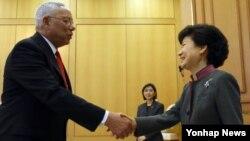 25일 한국 청와대에서 파월 전 미국 국무장관(왼쪽)을 접견하는 박근혜 한국 대통령.
