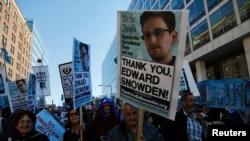 Demonstranti izražavaju podršku Edvardu Snoudenu na maršu protiv masovne prismotre blizu Kapitola u Vašingtonu, 26. oktobra 2013.