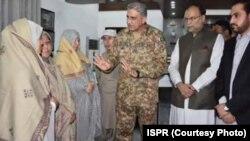 پاکستانی فوج کے سربراہ جنرل قمر جاوید باجوہ احتجاج کرنے والی ہزارہ خواتین سے ملاقات کر رہے ہیں۔ تصویر میں وزیرِ داخلہ احسن اقبال اور وزیرِ اعلیٰ بلوچستان عبدالقدوس بزنجو بھی موجود ہیں۔