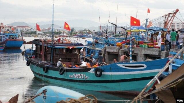 Tàu thuyền đánh cá của ngư dân Việt Nam. Tại khu vực ngư dân Việt đánh bắt, các tàu cá Trung Quốc được sự bảo vệ của tàu chấp pháp thường xuyên ngăn chặn, vây ép tàu cá của Việt Nam.