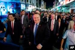 마이크 폼페오 미국 국무장관이 8일 대니얼 크리튼브링크 주 베트남 미국대사 등과 함께 하노이 거리를 걷고 있다. 폼페오 장관은 베트남에서 재계 인사들을 만나 북한 최고 수뇌부에 사실상 베트남식 경제 번영의 길을 갈 것을 공개적으로 제안했다.