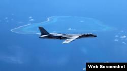 Máy bay ném bom H-6K của Trung Quốc bay ngang qua bãi cạn Scarborough tại Biển Đông.