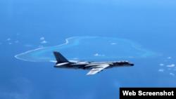 中国空军官方微博发布刘锐拍摄的中国轰-6K轰炸机飞抵斯卡伯勒浅滩,也就是中国所说的黄岩岛照片。