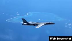 Máy bay ném bom H-6K của Trung Quốc trong một chuyến bay gần bãi cạn Scarborough ở Biển Đông.