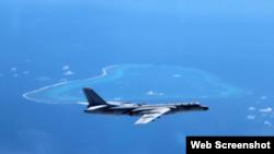 Máy bay ném bom của Trung Quốc đang bay trên Biển Đông
