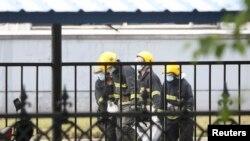 3일 화재가 발생한 중국 지린성 창춘의 닭공장에서 구조대원들이 시신을 처리하고 있다.