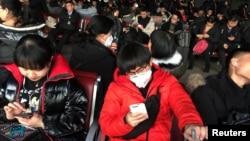 20일 중국 베이징 기차역에서 마스크를 쓴 행인들.