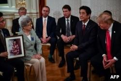 27일 일본을 방문 중인 도널드 트럼프 미국 대통령이 아베 신조 일본 총리와의 정상회담에 앞서 일본인 납북자 가족들을 만났다.
