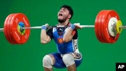 Izzat Artykov, du Kyrgystan, lors de la compétition d'haltérophilie-69 kg/messieurs aux Jeux olympiques de 2016 à Rio de Janeiro, au Brésil, 9 août 2016.