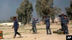 Polisi federal melancarkan serangan bom ke arah posisi militan ISIS, sementara pasukan keamanan Irak terus bergerak ke arah bandara internasional Mosul, Irak, 24 Februari 2017. (AP Photo / Khalid Mohammed)