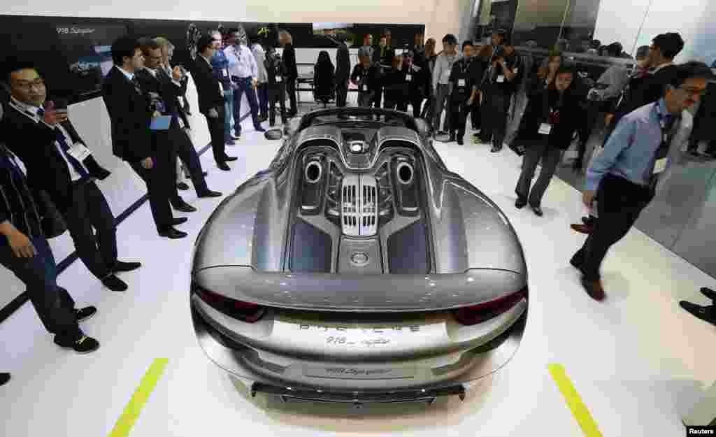 A Porsche 918 Spider is presented during the 2013 Los Angeles Auto Show in Los Angeles, California, USA, Nov. 20, 2013.