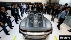 A Porsche 918 Spider at the 2013 Los Angeles Auto Show in Los Angeles, California November 20, 2013. REUTERS/Lucy Nicholson