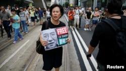 一名活动人士在香港回归二十周年的活动上手举标语牌,要求释放诺贝尔得主刘晓波(2017年7月1日)