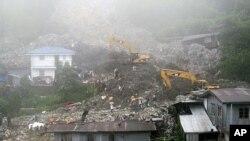 救援人员8月29日在菲律宾北部清理风暴施虐后的现场