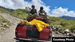 TNI terus berupaya melakukan evakuasi korban penembakan di distrik Yigi, Papua. (Courtesy: Kapendam XVII/Cendrawasih)