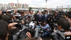 Mtendaji mkuu wa Afghanistan Abdullah Abdullah katikati akizungumza na waandishi wa habari kwenye eneo ambalo Taliban imedai kuhusika na shambulizi katika mji mkuu Kabul.