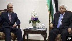 ທູດພິເສດ ພາກຕາເວັນອອກກາງ ຂອງສະຫະລັດ ທ່ານ George Mitchell (ຊ້າຍ) ພົບປະກັບ ປະທານາທິບໍດີ ປາແລສໄຕນ໌ ທ່ານ Mahmoud Abbas (1 ຕຸລາ 2010)