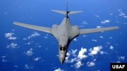 미군이 운용하는 B-1B 전략폭격기가 바다 위를 비행하고 있다. (자료사진)