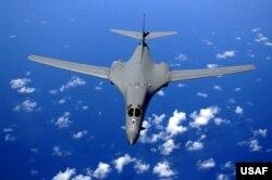 Máy bay ném bom B-1B của Mỹ bay trên bầu trời Thái Bình Dương. B-1B Lancer có thể mang 57 tấn vũ khí, và có khả năng ném tất cả các loại bom, bao gồm cả bom nguyên tử chiến lược và chiến thuật.