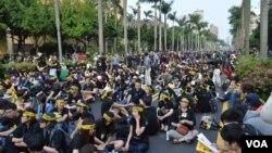 3月30日 会场周围地段坐满人 (美国之音申华 拍摄)