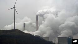 دود صنعتی و افزایش بیش از حد وسایط و نیز استفاده از مواد فوسیل مثل ذغال سنگ برای تولید انرژی، عوامل عمدۀ آلودگی هوا اند