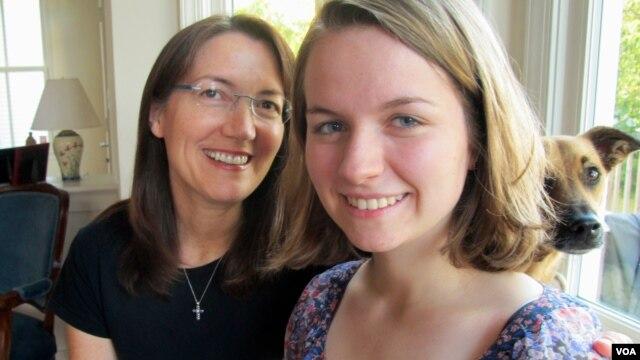 Sheila Dougherty (kiri) mendorong putrinya Annemarie untuk menjadi pelayan altar perempuan pertama di paroki Katolik di Arlington, Virginia. (VOA/C. Guensburg)